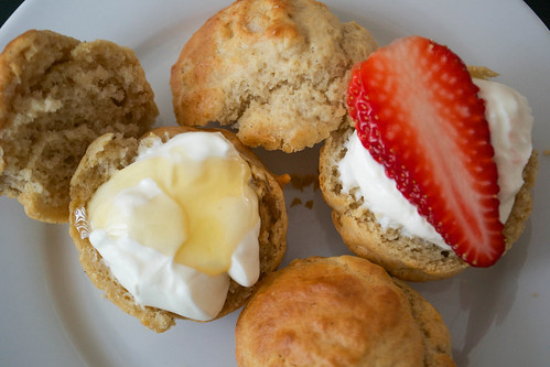 vanilla buns with honey and greek yoghurt and strawberries