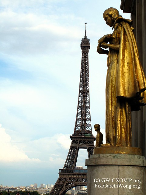Cloaked golden statute (Palais de Chaillot) at Place de Trocadero with Eiffel tower in the background IMG_9061