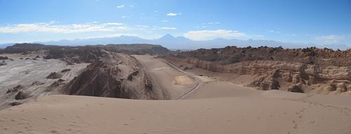 Le désert d'Atacama: vue depuis le sommet de la Duna Mayor (Valle de la Luna). Au loin, le volcan Licancabur.