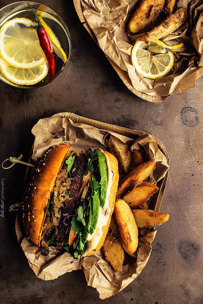 Hamburguesa de judías negras con mayonesa de tamarindo