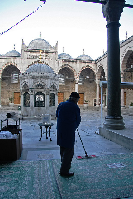 Courtyard of Yeni Mosque in the morning, Istanbul, Turkey イスタンブール、朝のイェニ・ジャーミィ中庭