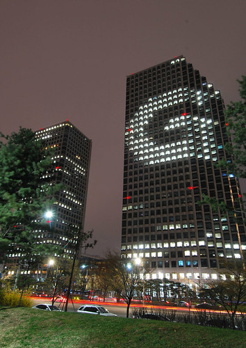 LG트윈타워 건물 전면을 활용해 이색 광고를 하는 모습
