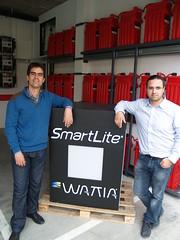 D'esquerra a dreta: Jordi Rabat i Francesc Comino, impulsors d'Espai Zero, davant de les bateries elèctriques que condensen l'energia produïda per diferents fonts renovables.