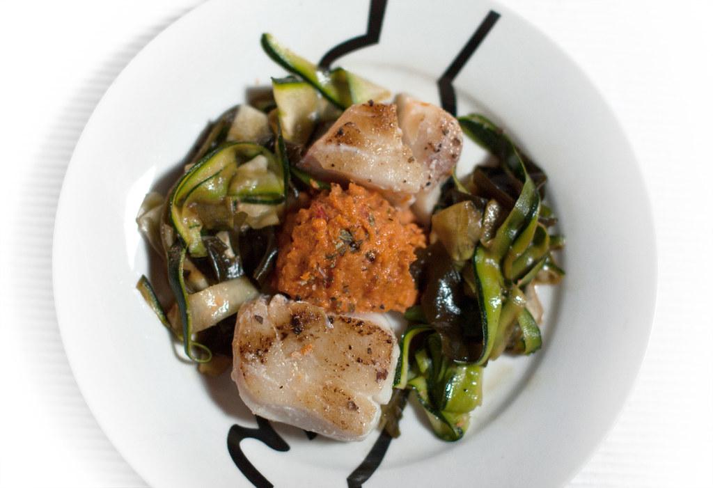 Merluza a la plancha con paté de pimientos, calabacín crudo y alga wakame