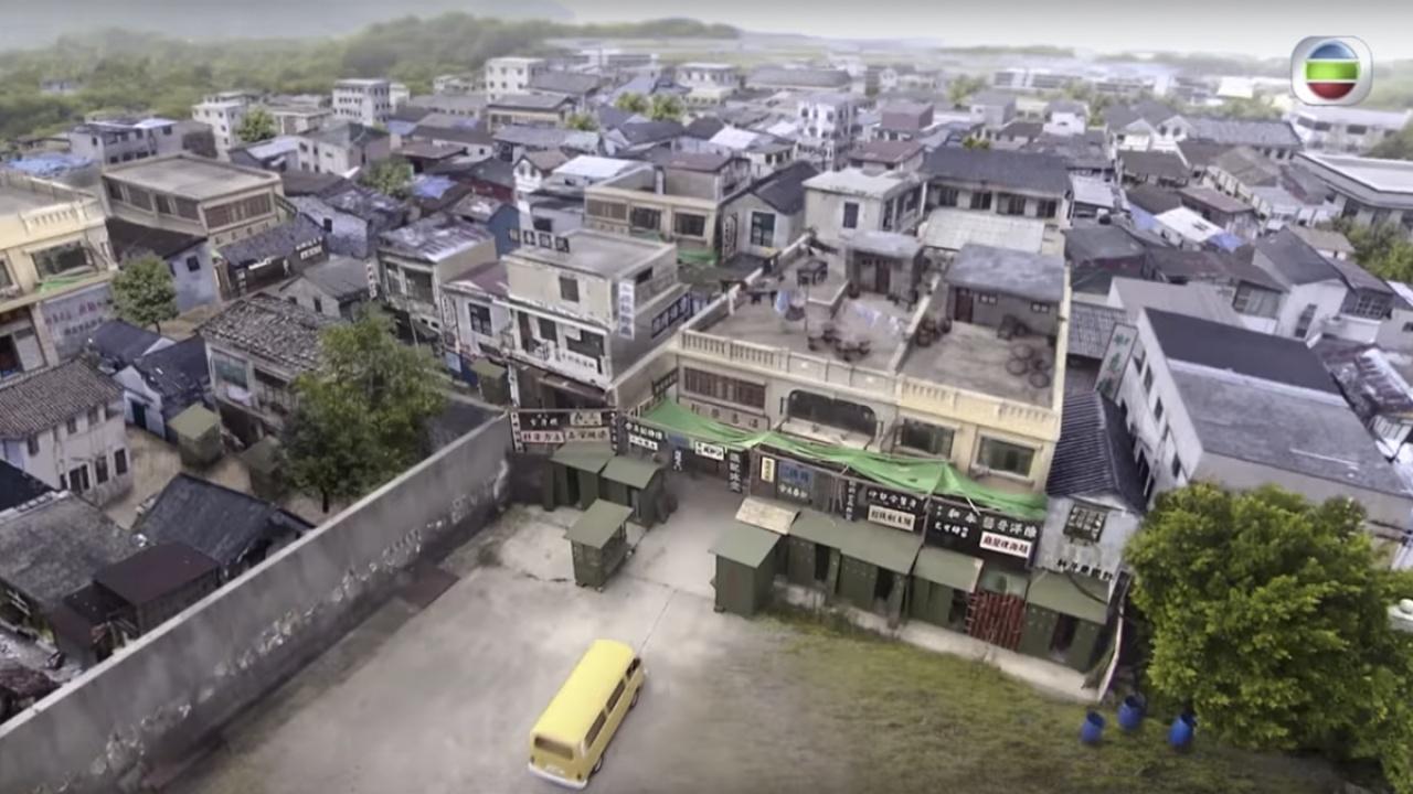 九龍城寨消失多年,劇組專程調撥資源,用電腦製作50年代的城寨鳥瞰畫面,誠意可嘉。(mytv截圖)