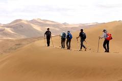 Kameltrekking in der Wüste Gobi. Dünengebirge in faszinierenden Formen. Foto: Bruno Baumann.