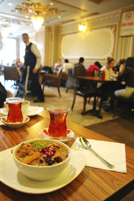 At a Turkish tea house, Istanbul, Turkey イスタンブール、新市街のチャイハナ