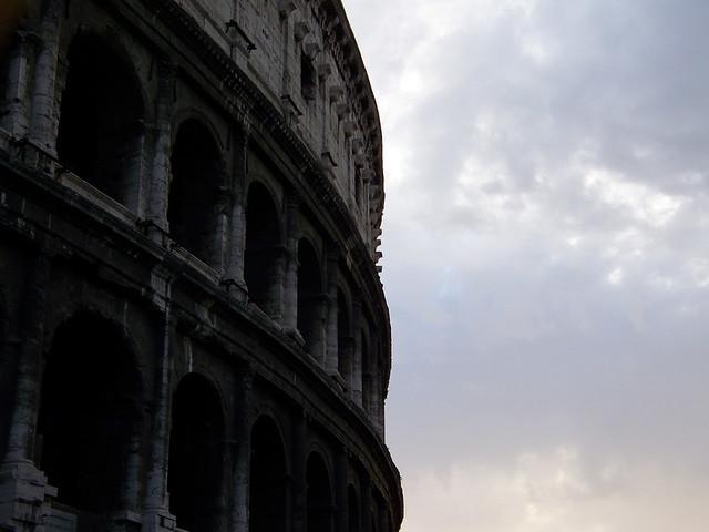 Atardecer en el coliseo de Roma