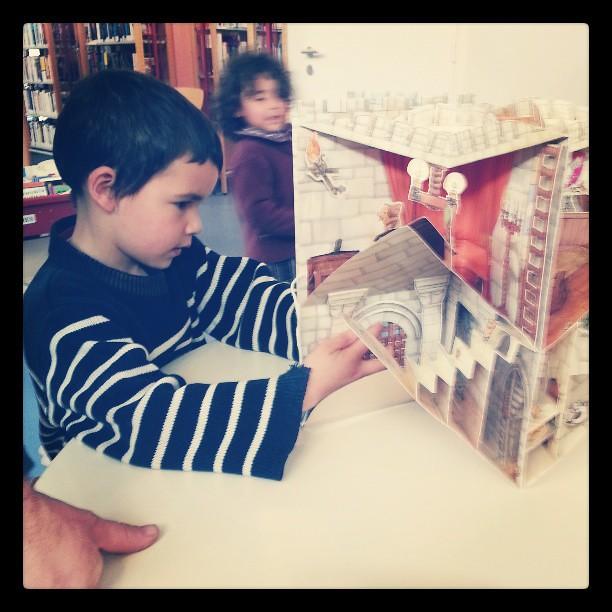 Toute la famille a la bibliothèque a regarder les livres animés ♥♡♥