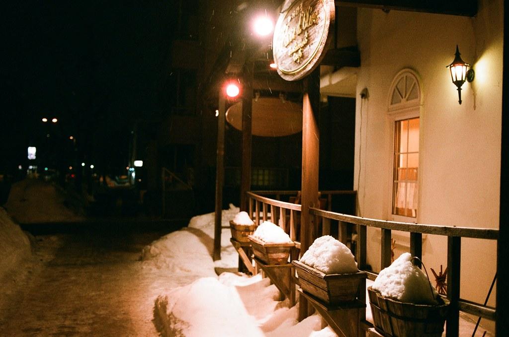 札幌 Sapporo, Japan / AGFA VISTAPlus / Nikon FM2 看到雪就想拍,那時候好像出去找便利商店買東西吃,路上剛好經過一家店,店門口的景物就這樣被雪堆著!  Nikon FM2 Nikon AI AF Nikkor 35mm F/2D AGFA VISTAPlus ISO400 8264-0037 2016/01/31 Photo by Toomore