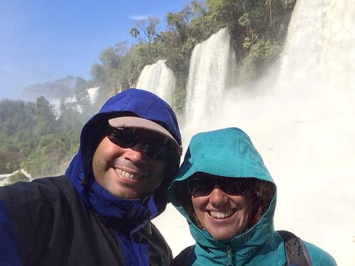 Les chutes d'Iguazu: la chute Bossetti. Ca mouille ! Miss V en ressortira le pantalon tout trempé ;)