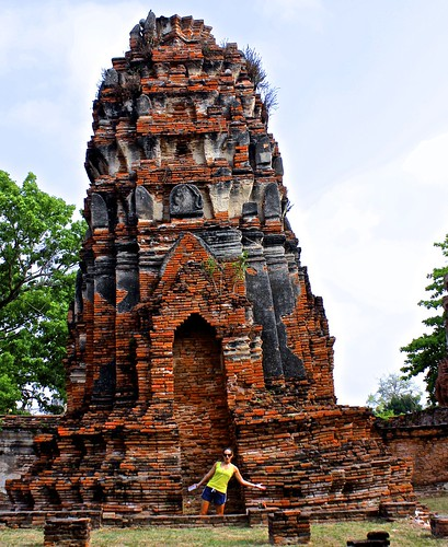 Lina… leaning wat… same same but different? (Wat Phra Mahathat)
