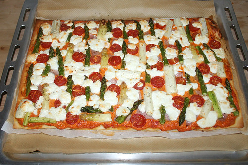 34 - Spargel-Pizza mit Ajvar & Ziegenfrischkäse / Asparagus pizza with ajvar & soft goat cheese - Fertig gebacken / Finished baking