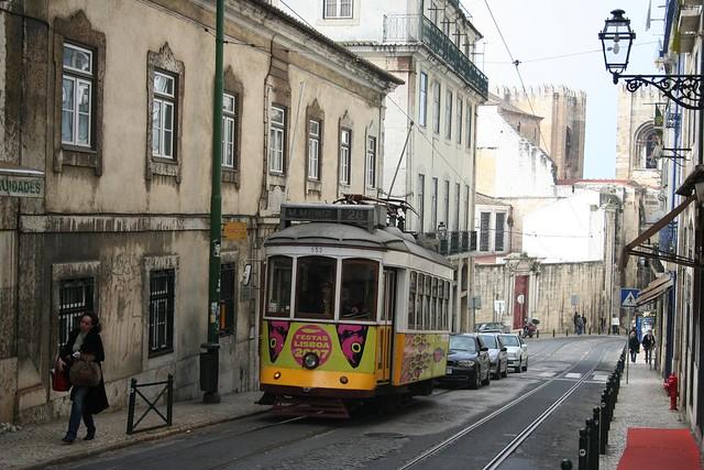 Eléctrico 28 junto a Se Catedral de Lisboa