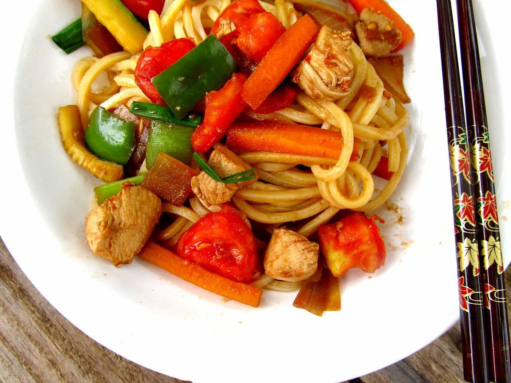 Yakisoba de frango e legumes