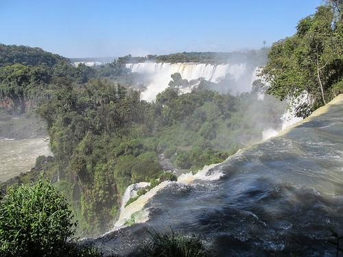 Les chutes d'Iguazu: des chutes et des chutes à l'infini. Même là-bas tout au fond, du côté brésilien.