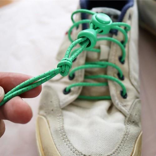 こんな順番で通したら、余った紐を切ります。
