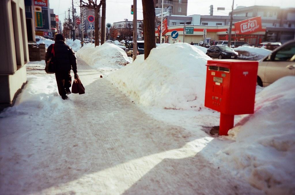 學園前 札幌 北海道 Sapporo, Japan / Kodak Pro Ektar / Lomo LC-A+ 看到郵筒我會拍一下,而且日本郵筒都超大一個。  喔,想起來了,在岩手小袖海岸那裡有看到一個小的郵筒!  Lomo LC-A+ Kodak Pro Ektar 100 8267-0012 2016-01-31 Photo by Toomore