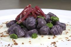 Gnocchi di patate violette, squacquerone, prosciutto crudo di Mora Romagnola,fave