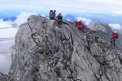 Auf dem Gipfelgrat der Carstensz-Pyramide, 4884 m. Foto: Günther Härter.