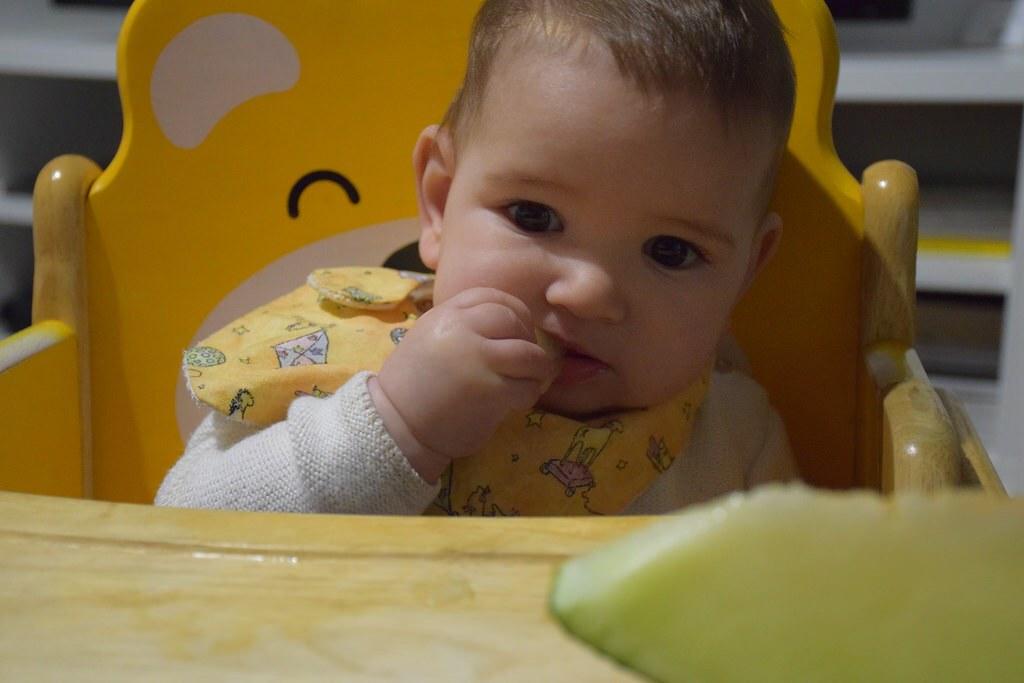 Comiendo ella solita alimentos sólidos sin necesidad de utilizar la red antiahogo.