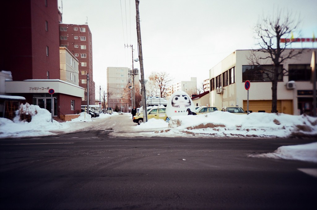 學園前 札幌 北海道 Sapporo, Japan / Kodak Pro Ektar / Lomo LC-A+ 遠方有個不倒翁,但,竟然對焦失敗!  當時不知道在拍什麼,忘記調對焦。  Lomo LC-A+ Kodak Pro Ektar 100 8267-0013 2016-01-31 Photo by Toomore
