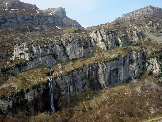 Nacedero en cascada del río Asón (700 m.)