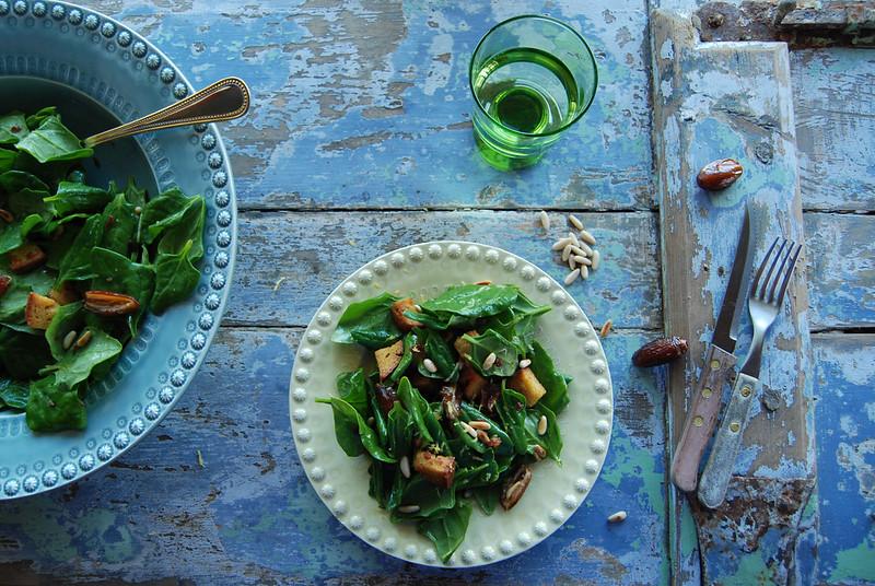 salada de espinafre, tâmaras, pinhões e broa de milho