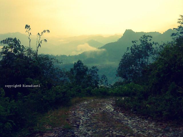 Perbukitan dan jalan dari Kaki bukit Desa Sirnaresmi
