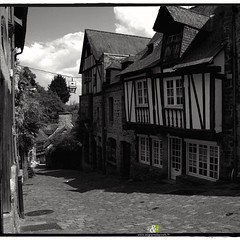 A L'OUEST|17/20| more : http://ow.ly/QWef304YPhV #bw #britain #street #blackandwhite #noiretblanc #architecture #streetphotography #bretagne #dinan - Photo of Le Quiou