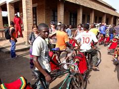 Los bici-taxistas.   Bumba. RD Congo