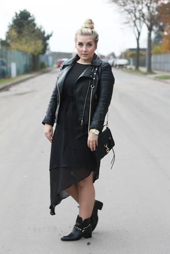 look-schwarz-outfit-style-hm-kleid-maxi-lederjacke-herbst-boots-rockig-fashionblog