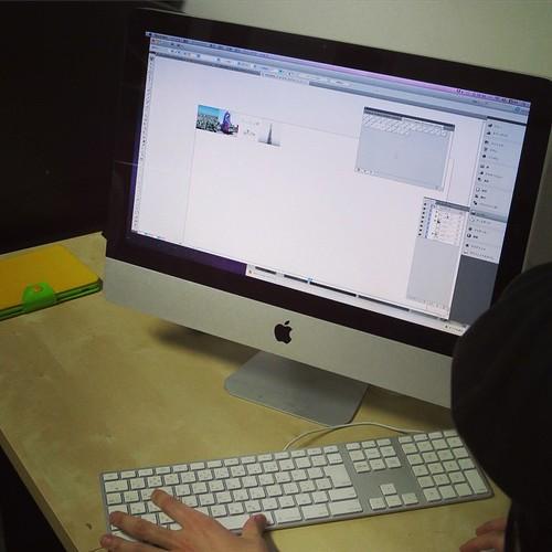 まずは、Macでデータを作っていく。専用のスウォッチやテキスチャー、印刷用のソフトを勉強。