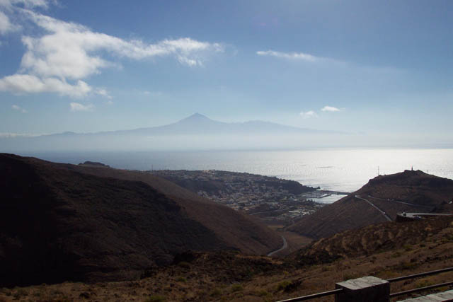 Vista de San Sebastián de La Gomera con el Teide al fondo. © Paco Bellido, 2003