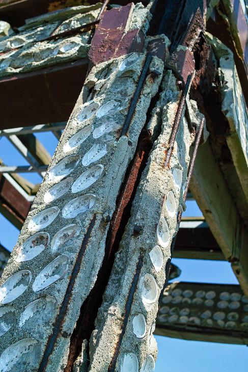 コンクリートの隙間から鉄骨が丸見えの状態で危ない