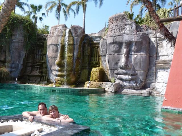 Rebeca y Sele en la piscina de Angkor del Asia Gardens Hotel