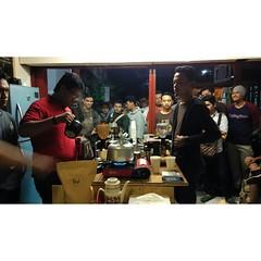 Lomba Nyeduh Ceria AeroPress di @wisangkopi semalam.  Jamaah #ManualBrewing membludak. Spekta seperti ini sulit ditemukan pada beberapa tahun lalu ketika metode #ManualBrewing dipandang sekadar aksesoris dan tersubordinat di bawah rezim espresso.  #Philoc