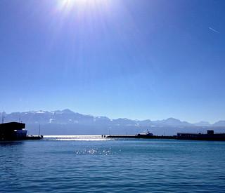 Il y a le ciel, le lac et les montagnes sous le soleil.....