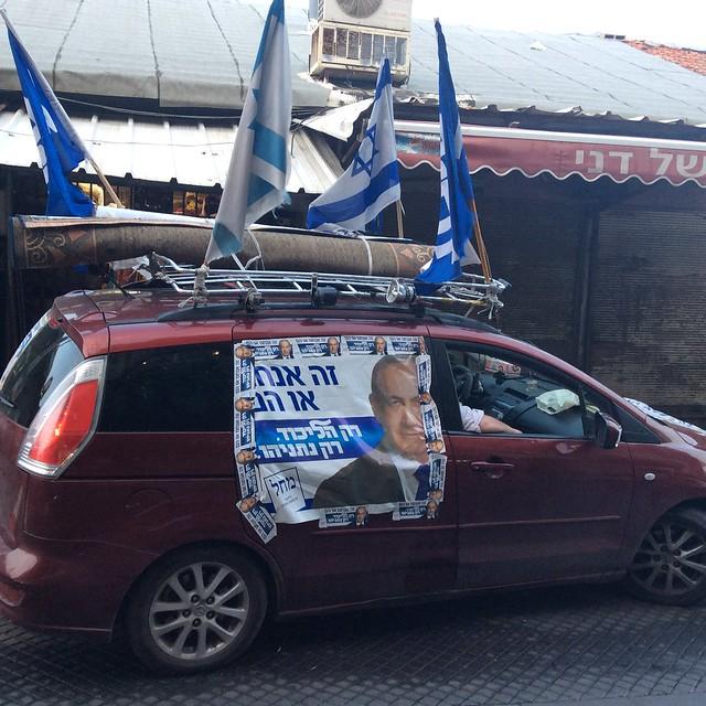 """Auto mit Wahlwerbung für Likus. Aufschrift: """"Wir oder sie: Nur der Likud, nur Netanyahu!""""  Photo: Heinrich-Böll-Stiftung Tel Aviv"""