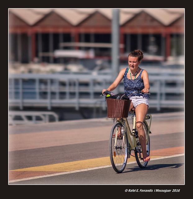 Amb bici al port de València (On a bicycle at Valencia's Harbour)