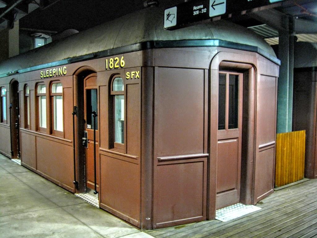 火車車廂的房間,原本想住阿! 後來想想就只是回來睡個覺,隔天又要出去玩,實際上在房間時間不多,就選擇便宜的本棟房型,這邊就來看看,知道是個特色! (其實也訂不到,因為我們找二人房,這個車廂好像都是6~8人房)