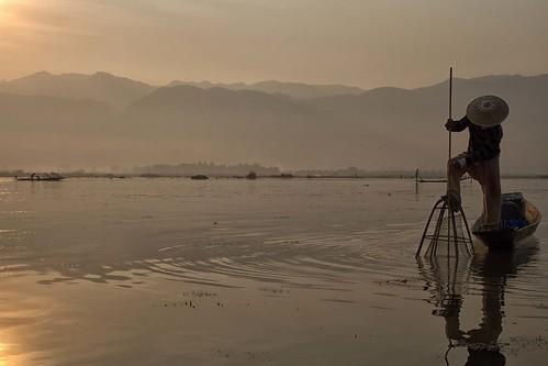 morning panorama lake man water sunrise work lago landscapes boat fisherman barca alba burma uomo aurora myanmar inle antonio acqua paesaggi pescatore lavoro mattino balances birmania equilibri nassa mat56 romei