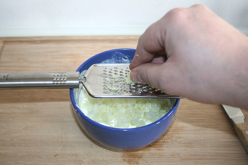 22 - Knoblauchzehen hinein reiben / Grate garlic