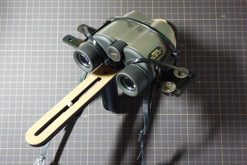 camera-binoculars bracket_3 双眼鏡が自作ブラケットに固定されている状態を撮影した写真。