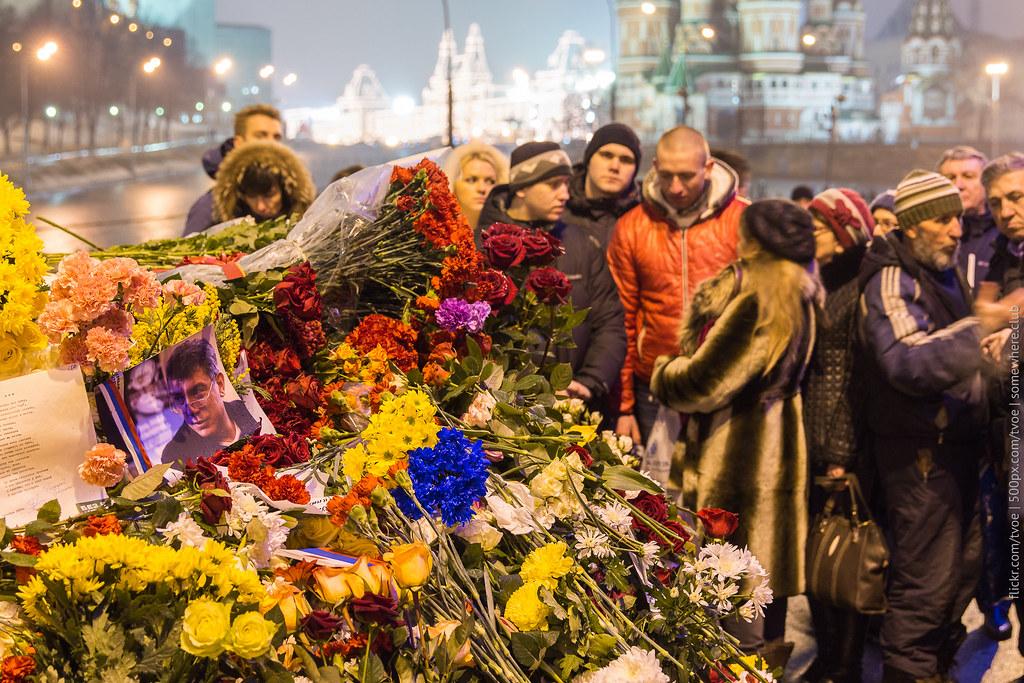 Люди на месте гибели Бориса Немцова на фоне Красной площади