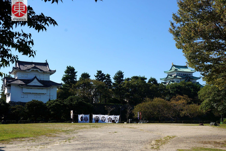 Замок Нагоя (вдалеке)