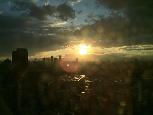 窓は汚いけどドラマチック夕陽