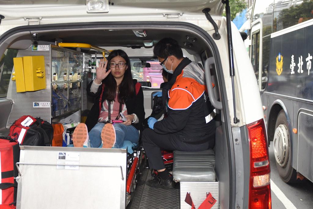 葉姓記者採訪過程中被警方從在毛治國住處大樓所在四樓拉到一樓,導致記者右手手指受傷,該記者送醫驗傷後,已在傍晚向北市大安分局報案,向造成傷害的維安人士進行提告。(攝影:宋小海)