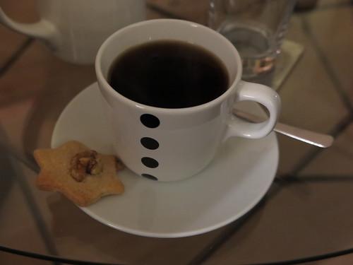 Kaffee mit Weihnachtsplätzchen