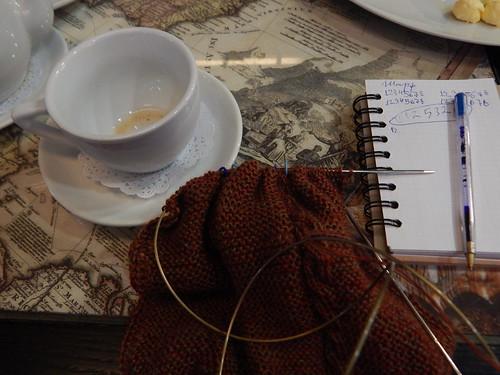 шарф вяжу в кафе с пупсиком
